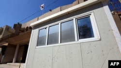2015年4月12日利比亚首都的黎波里: 韩国使馆岗亭上的弹痕