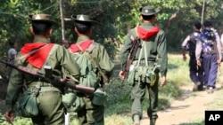 Tentara Myanmar melakukan patroli di Sittwe, negara bagian Rakhine di mana terjadi pembantaian terhadap etnis minoritas muslim Rohingya oleh militer (foto: ilustrasi).