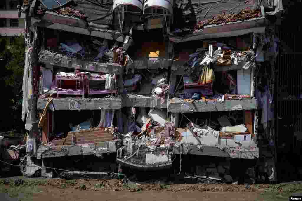 Türkiyənin Qaradəniz bölgəsində şəhərləri basan daşqınlar nəticəsində qismən çökmüş bina