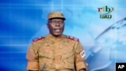 부르키나파소에서 구데타를 일으킨 군부 세력 대변인이 17일 국영방송에서 권력 장악을 알리고 있다.