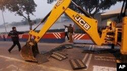 La policía india retira las barreras de protección que rodean la embajada estadounidense en Nueva Delhi, como represalia por la detención y supuesto maltratato de una diplomática india en Nueva York.