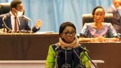 Jeanine Mabunda mokambi ya Assemblée nationale akweyisami na ebonga na ye na maponami na Assemblée na Palais du Peuple, Kinshasa, 10 décembre 2020.