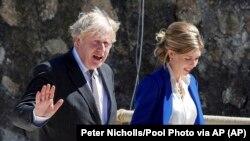 Прем'єр-міністр Великої Британії Борис Джонсон з дружиною під час подій на саміті «Великої сімки», 12 червня 2021 року