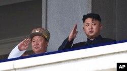 북한 김정은 국방위 제1위원장(오른쪽)과 최룡해 당시 군 총정치국장이 지난 2013년 7월 평양에서 한국전 정전 60주년 기념 열병식을 지켜보고 있다. (자료사진)