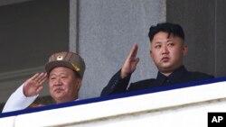 북한 김정은 국방위 제1위원장(오른쪽)과 최룡해 군 총정치국장이 지난 7월 평양에서 한국전 정전 60주년 기념 열병식을 지켜보고 있다.