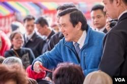 台湾总统马英九向寒士们分发500台币的新年红包。(美国之音记者方正拍摄)