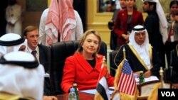 Menteri Luar Negeri Amerika Hillary Clinton tiba di Qatar, Rabu, 12 Januari 2010.