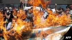 Nümayişçilər İstanbulda İsrail bayrağını yandırırlar