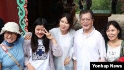 여름휴가중인 문재인(오른쪽 두번째) 대통령이 31일 강원도 평창 오대산 상원사길 등반 중 땀에 흠뻑 젖은 모습으로 시민들과 사진을 찍고 있다. (청와대 제공)