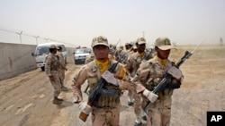 在伊朗錫斯坦-俾路支斯坦省與巴基斯坦和阿富汗交界處巡邏的伊朗邊防軍士兵。 (資料照)