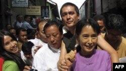 Bà Aung San Suu Kyi và con trai Kim Aris tại chợ Bogyoke Aung San ở Yangon, ngày 30/11/2010