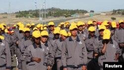 چین اور ایتھوپیا کے محنت کش ایتھوپیا میں چین کے تعاون سے تعمیر ہونے والی ایک شاہراہ کی افتتاحی تقریب میں شریک ہیں۔ (فائل فوٹو)