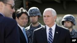 Wakil Presiden AS Mike Pence setelah memeriksa sistem pencegat misil PAC-3 bersama Menteri Pertahanan Jepang Itsunori Onodera (kedua dari kiri), di Kementerian Pertahanan Jepang, di Tokyo, Rabu, 7 Februari 2018.