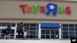 Foto de Archivo - La quiebra de Toys R Us deja $ 3.000 millones de dólares que ahora buscarán ganar otras cadenas