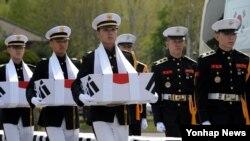 28일 서울 연합사령부 연병장에서 미한 전사자 유해 상호 봉환식이 열리고 있다. 6·25 전쟁 당시 북한 지역에 남겨진 국군전사자 유해 15위와 유엔군 유해 2위가 상호 교환 봉환됐다.