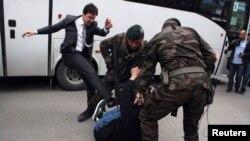 Baş nazir Ərdoğanın müşaviri Yusuf Yerkel Somada nümayişçini təpikləyir.