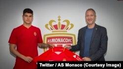 Le très jeune attaquant italien, Pietro Pellegri, 16 ans, en provenance du Genoa, a signé avec l'AS Monaco, 27 janvier 2018. (Twitter/AS Monaco).