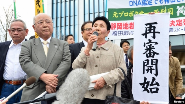 Hideko Hakamada (C), sister of death-row inmate Iwao Hakamada, speaks with supporters in front of Shizuoka District Court in Shizuoka, central Japan, March 27, 2014.