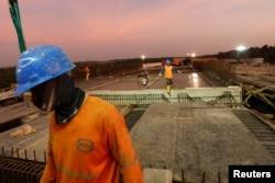 Para pekerja di proyek konstruksi jalan tol Balikpapan-Samarinda di Kecamatan Samboja, Kabupaten Kutai Kertanegara, Kalimantan Timur, 29 Agustus 2019. (Foto: Reuters)