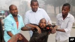 Người bị thương trong vụ tấn công khách sạn ở Mogadishu được đưa khỏi hiện trường hôm 25/6.