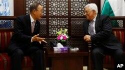 Sekjen PBB, Ban Ki-moon (kiri) bertemu Presiden Palestina Mahmoud Abbas di kota Ramallah, Tepi Barat hari Rabu (21/10).