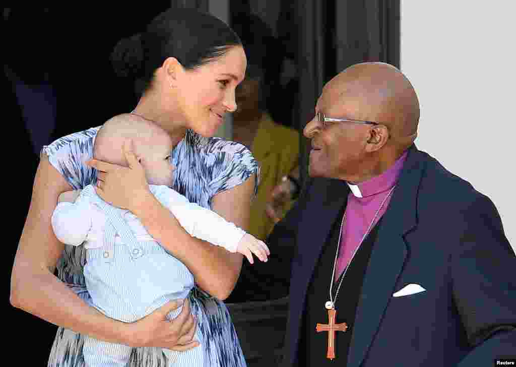 Britaniya şahzadəsi Harri, həyat yoldaşı Meqan və oğulları Arçi Keyp-Taunda arxiyepiskop Desmond Tutu ilə görüşürlər
