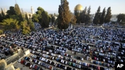 Muslim worshippers pray during the first day of Eid al-Fitr, which marks the end of the Muslim fasting month of Ramadan, at the Al Aqsa Mosque Compound in Jerusalem's Old City, July 28, 2014.