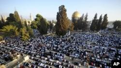 2014年7月28日耶路撒冷老城阿克萨清真寺大院穆斯林信徒祈祷: 斋月结束