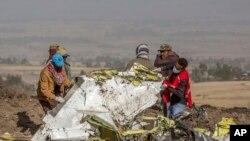 Sekouris yo ki sou lye kote avyon Ethiopian Airlines la te echwe a tou suit apre li te fin dekole nan eyewopò Addis Ababa, Etyopi an direksyon Kenya, samdi 9 mas 2019 la. Boeing 737 Max 8 aircraft la te gen 157 pasaje ladan. (Foto: AP/Mulugeta Ayene)