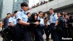 Una manifestante que no obedeció a las órdenes de desalojo es arrestada por la policia de Hong Kong.