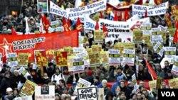 Aksi protes puluhan ribu warga Irlandia di Dublin hari ini, Sabtu 27 November 2010.