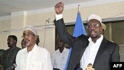 Tổng thống Somalia Sharif Sheikh Ahmed (phải) nói chuyện trước phiên họp quốc hội đầu tiên từ khi ông đề cử ông Mohamed Abdullahi Mohamed vào chức vụ thủ tướng