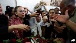 Los palestinos lloran a Arkan Mezeher, de 15 años, durante su funeral en el campamento de refugiados Deheisha, cerca de la ciudad cisjordana de Belén, el lunes 23 de julio de 2018. Mezher recibió un disparo mortal en el pecho cuando las tropas israelíes se enfrentaron con palestinos en Cisjordania.
