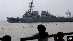 """菲律宾少年观望访问马尼拉的美国海军伯克级导弹驱逐舰""""保罗.汉密尔顿号""""。"""