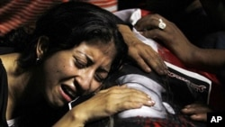 一名埃及科普特基督徒妇女为在开罗冲突中丧生的抗议者哭泣
