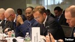 Le ministre somalien des Finances, Abdirahman Duale Beileh (au centre), participe à une réunion FMI et de la Banque mondiale à Washington. (Twitter - @DrBeileh)