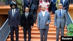 Avant l'ouverture du sommet de la CIRGL, (de g. à dr.), les présidents Salvar Kiir du Soudan du sud, Joseph Kabila de la RDC, Yoweri Museveni de l'Ouganda et Paul Kagame du Rwanda (5 sept. 2013)