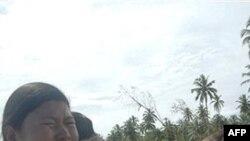 Các nạn nhân còn sống sót trên đảo Mentawi khóc khi nhìn cảnh tượng tàn phá sau trận sóng thần