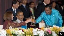 Tổng thống Mỹ Barack Obama, Thủ tướng Campuchia Hun Sen (bên phải), và Thủ tướng Úc Julia Gillard nâng ly tại bữa tối Hội Nghị Thượng Đỉnh Đông Á,Phnom Penh, 19/11/2012.