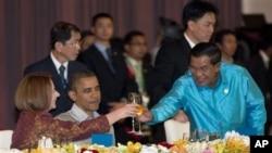 Prezidan Obama nan mitan Premye Minis kanbodyen an, Hun Sen (adwat) ak Premye Minis Ostrali a, Julia Gillard - Dine nan okazyon rankont peyi manm Asosyasyon Sidès Azyatk la (19 nov. 2012).