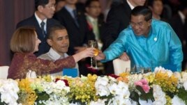 U.S. President Barack Obama watches as Cambodia's Prime Minister Hun Sen, right, and Australian Prime Minister Julia Gillard toast, East Asia Summit Dinner, Phnom Penh, Nov. 19, 2012.