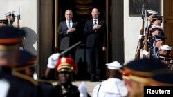 미국 방문한 송영무 한국 국방장관(오른쪽)이 30일 국방부 청사에서 짐 매티스 미국 국방장관과 함께 의장대를 사열하고 있다.