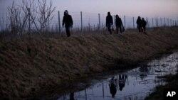 Para migran melewati perbatasan Serbia dan Hungaria (foto: dok).