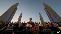 ထိုင္းအစိုးရဆန္႔က်င္ဆႏၵျပေနသူမ်ား ဘန္ေကာက္ရွိ ဒီမိုကေရစီအထိမ္းအမွတ္ေက်ာက္တုိင္မွာ စုေဝးေနၾကစဥ္။ (ဇန္နဝါရီ ၁၂၊ ၂၀၁၄။)