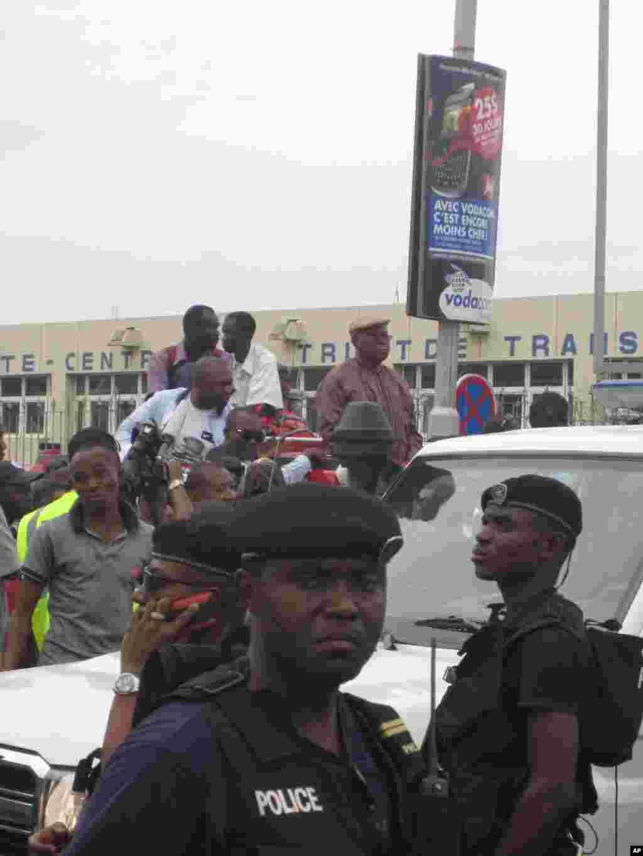 Face a face entre Etienne Tshisekedi et la police Kinshasa 26 Novembre 2011 Nicolas Pinault VOA