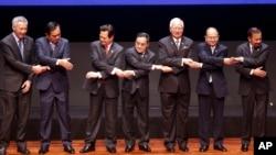 东盟峰会上各国领导人手拉手,左起:新加坡总理、泰国总理、越南总理、老挝总理、马来西亚总理、缅甸总理、文莱苏丹(2015年4月27日)