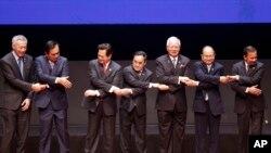 東盟峰會上各國領導人手拉手,左起:新加坡總理、泰國總理、越南總理、老撾總理、馬來西亞總理、緬甸總理、文萊蘇丹(2015年4月27日)