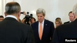 正在俄罗斯访问的美国国务卿克里(中)在莫斯科的一次会谈期间向尼斯恐袭遇害者默哀(2016年7月15日)