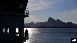 Seorang awak kapal di anjungan kapal pemecah es Finlandia, MSV Nordica, saat tiba di Nuuk, Greenland setelah melintasi Northwest Passage melalui Kepulauan Arktika Kanada, 29 Juli 2017.