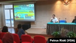 Kepala Badan POM Surabaya memberikan materi pengantar hoaks obat dan makanan pada seminar berbasis web di kampus UKWMS (Foto:VOA/ Petrus Riski).